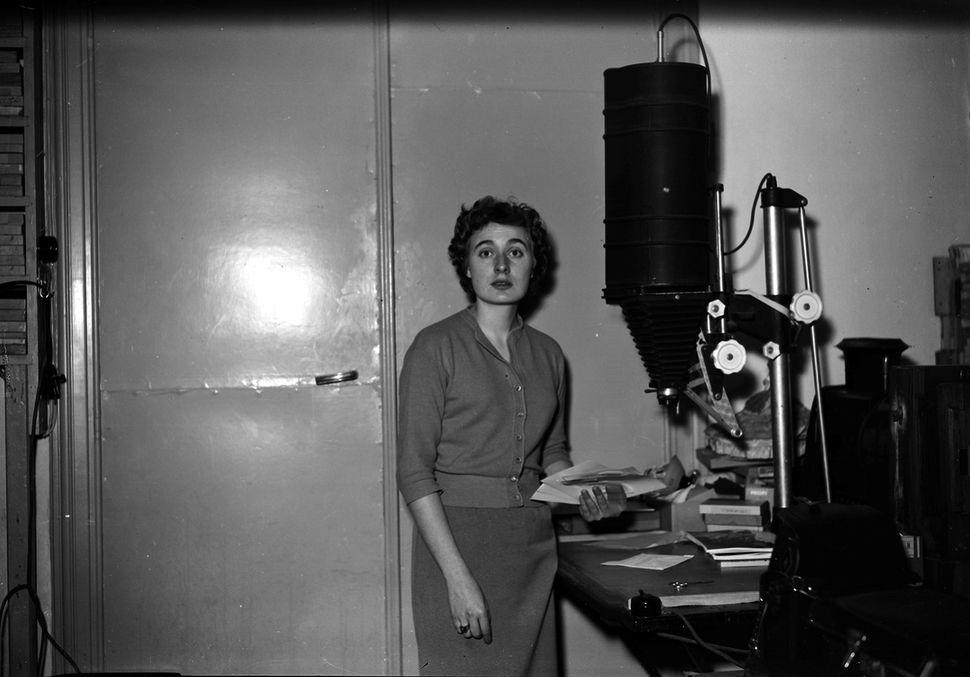 Odette Dereze dans son labo photo en 1952 (c) Odette Derèze / GermaineImage / akg-images
