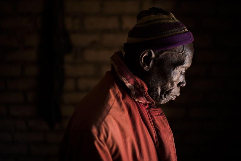 """지난해 12월, 진(84)은 가족을 데리고 살던 곳을 떠나 실향민 캠프에 도착했다. """"마을을 불태운다는 소문을 듣고 떠나왔는데, 나중에 아들이 돌아가보더니 모든 게 다 타버렸다고 전해왔다. 가족 모두 돌아가고 싶어도 돈이 없어서 이동할 수가 없다."""" ⓒ Colin Delfosse"""