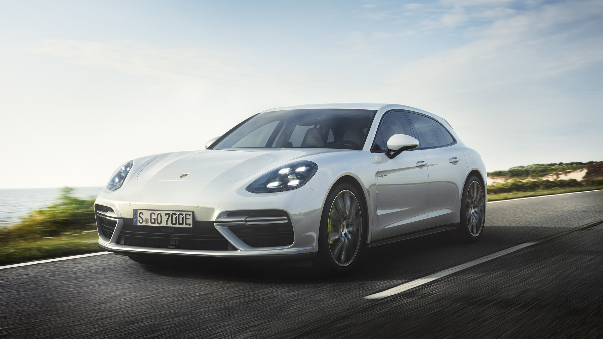 5f6b5e7428 Porsche introduces new Panamera version with 680 hp and 49 kilometres of  pure electric range
