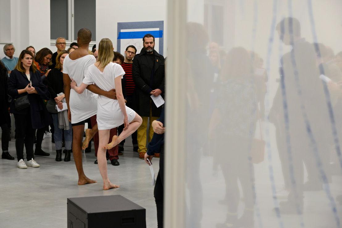 Jimmy Robert, A clean line that starts from the shoulder.<br/>Performance de Jimmy Robert avec Gala Moody au M - Museum Leuven, 19 novembre 2015<br/>Photo (c) Isabelle Arthuis