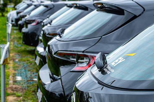 EY choisit à nouveau des Toyota hybrides comme voitures de société pour jeunes starters