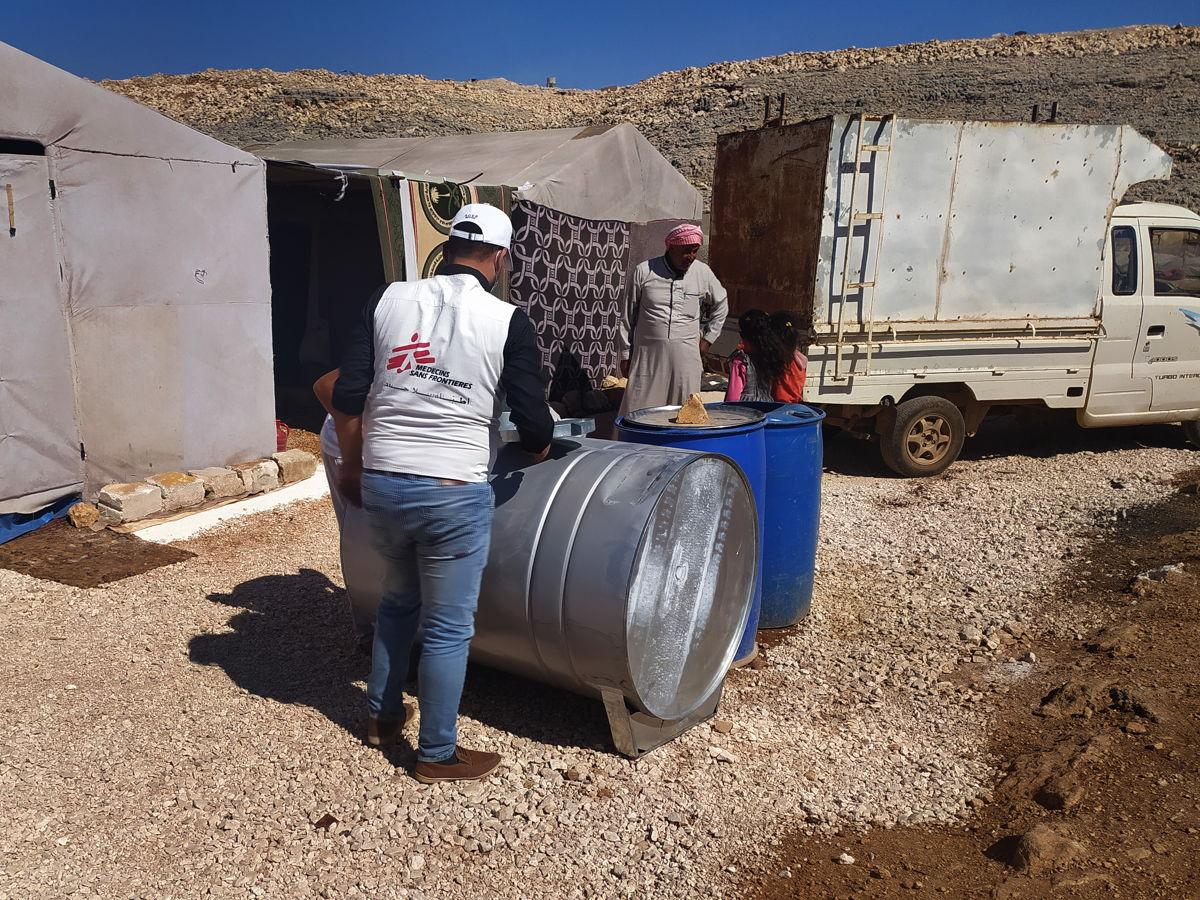 Distribución de agua potable en un campo de desplazados. Foto: Abdurzaq Alshami