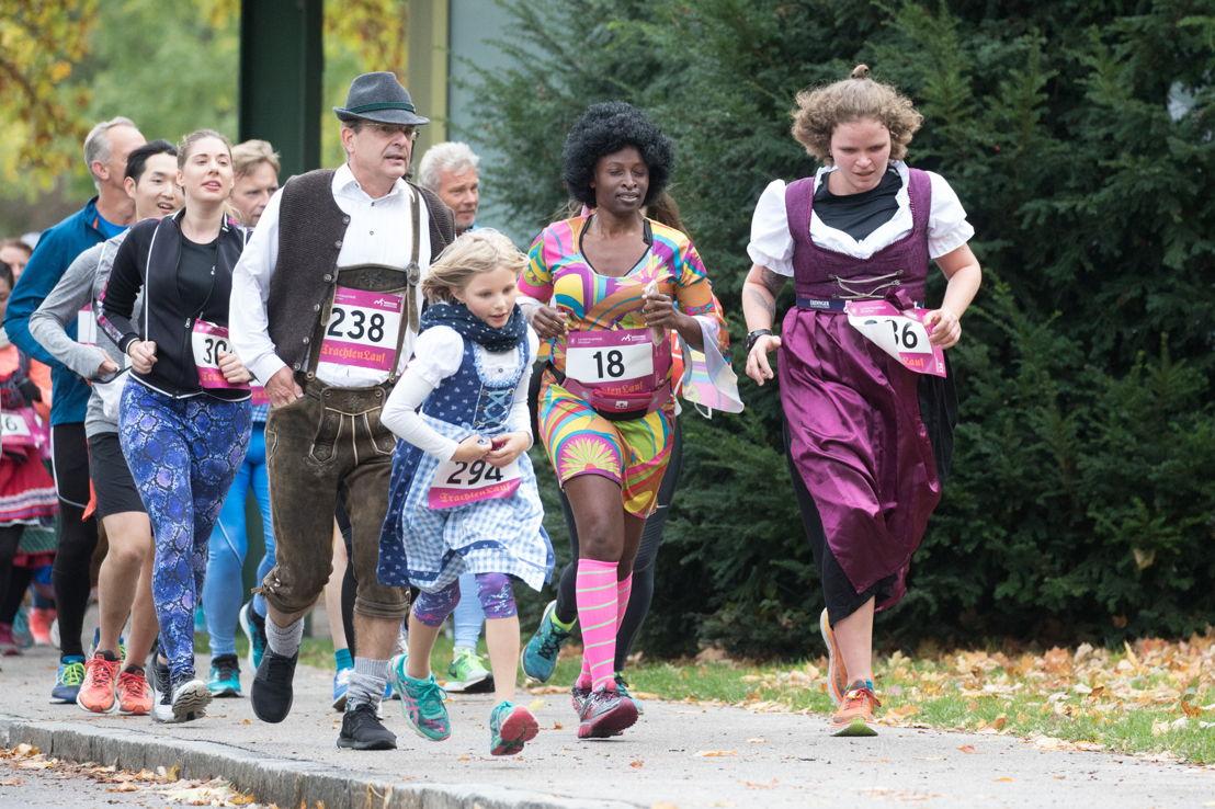 Beim fast schon traditionellen Trachtenlauf im Rahmen des 32. MÜNCHEN MARATHON traten Läuferinnen und Läufer aus aller Welt in verschiedensten Trachtenvariationen im Münchner Olympiapark an.
