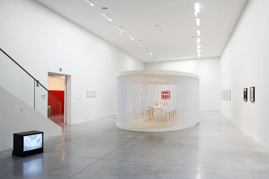 Tentoonstelling Twisted Strings met interactief touwenpaviljoen. Links vooraan video van Lili Dujourie, links achteraan werken van Caroline Van Damme<br/>Foto (c) 2016 KK / www.document-architecture.com