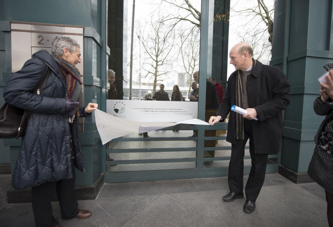 Onthulling van het EMAS label door Geert Cromphout, Directeur Facilitair KBC en Regine Peeters, adjunct algemeen directeur Leefmilieu Brussel.