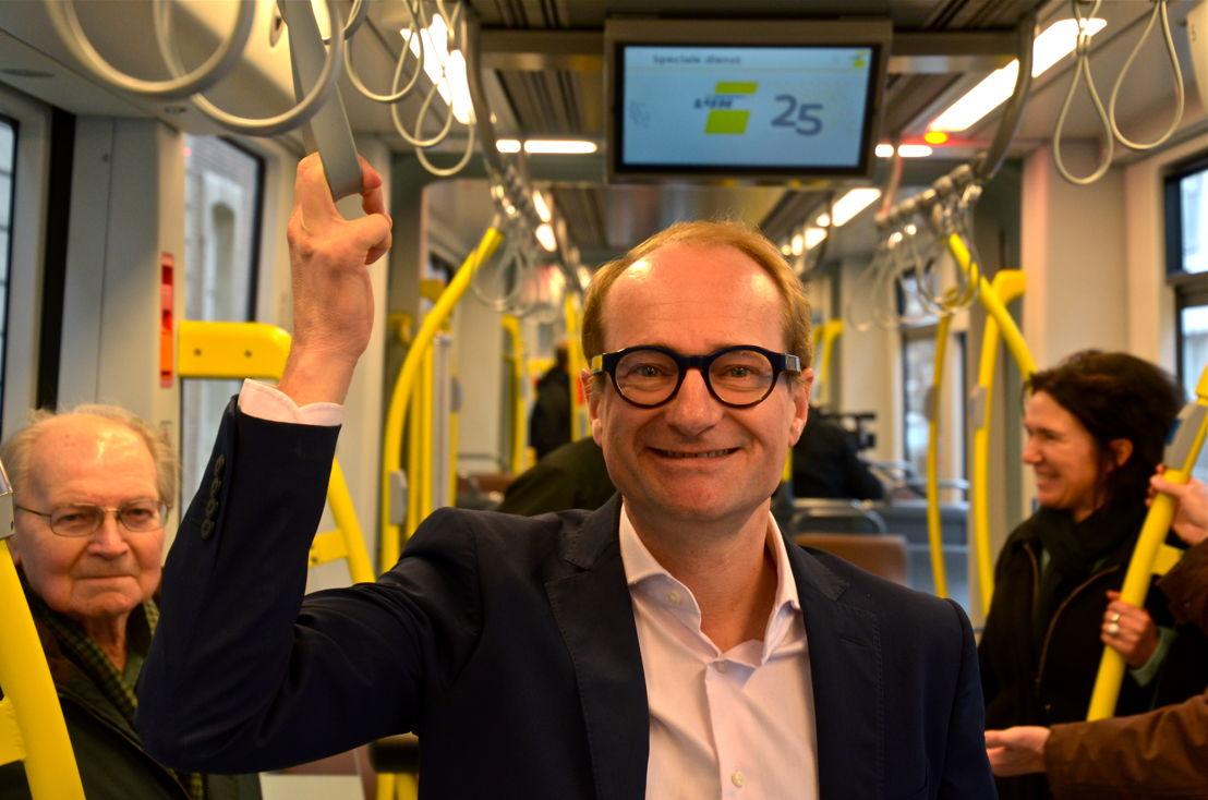 Minister Ben Weyts stelt de nieuwste Albatrostram trots voor. Minister Ben Weyts rijdt de nieuwste Albatrostram in. (c) Lou Demeyere