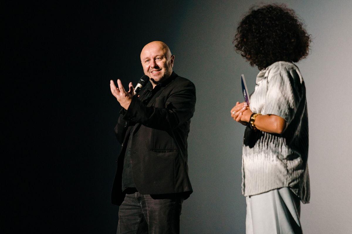 Regisseur Stephan Streker van L'Ennemi en Eva Kamanda