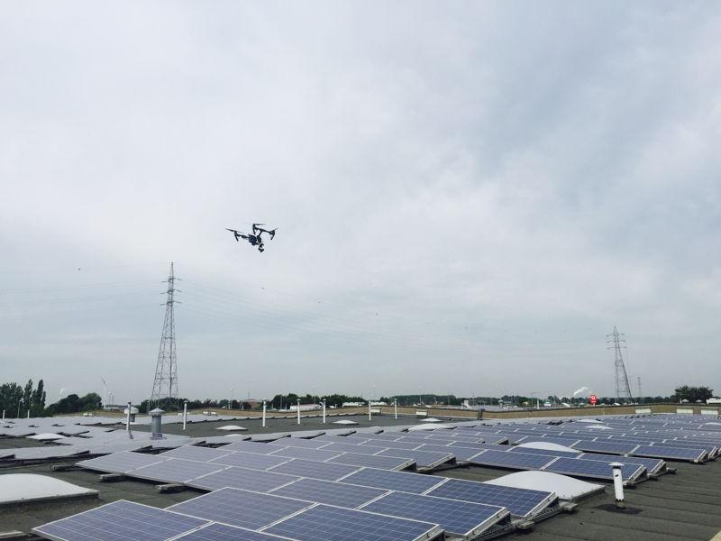 Drone controleert zonnepanelen.