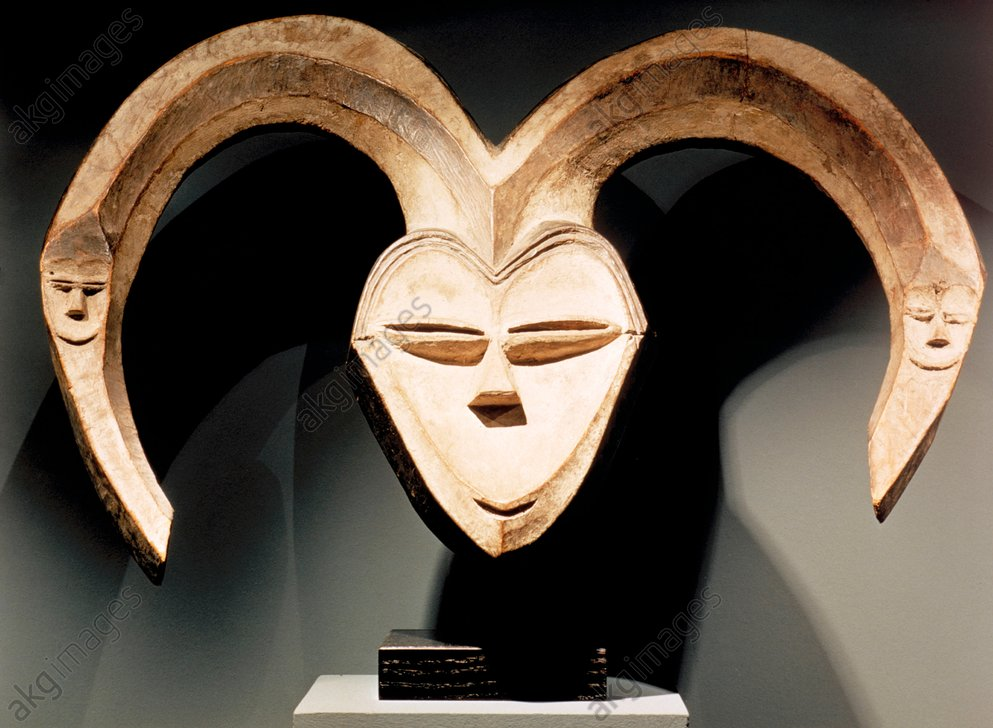 Face mask with horns, Kwele, Gabon.<br/>Wood with white and black paint.<br/>Height 42 cm, width 62.5 cm.<br/>Geneva, Barbier-Mueller Collection.<br/><br/>AKG200271