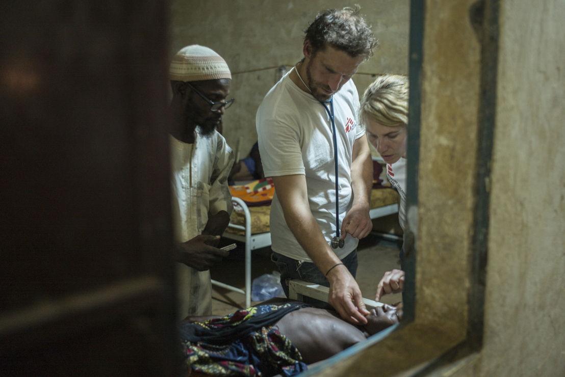 Niamey, Niger. Medisch centrum van Lazaret. Een patiënt met meningitis wacht op behandeling ©Sylvain Cherkaoui/Cosmos