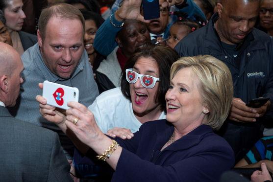 Hillary met een fan tijdens de campagne van 2016 in Charleston - (c) Hillary for America