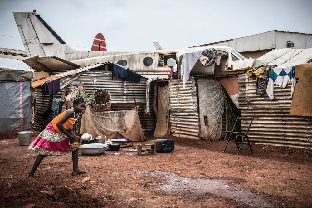 Girl in Mpoko IDP camp at Bangui International Airport. Photographer: Yann Libessart/MSF