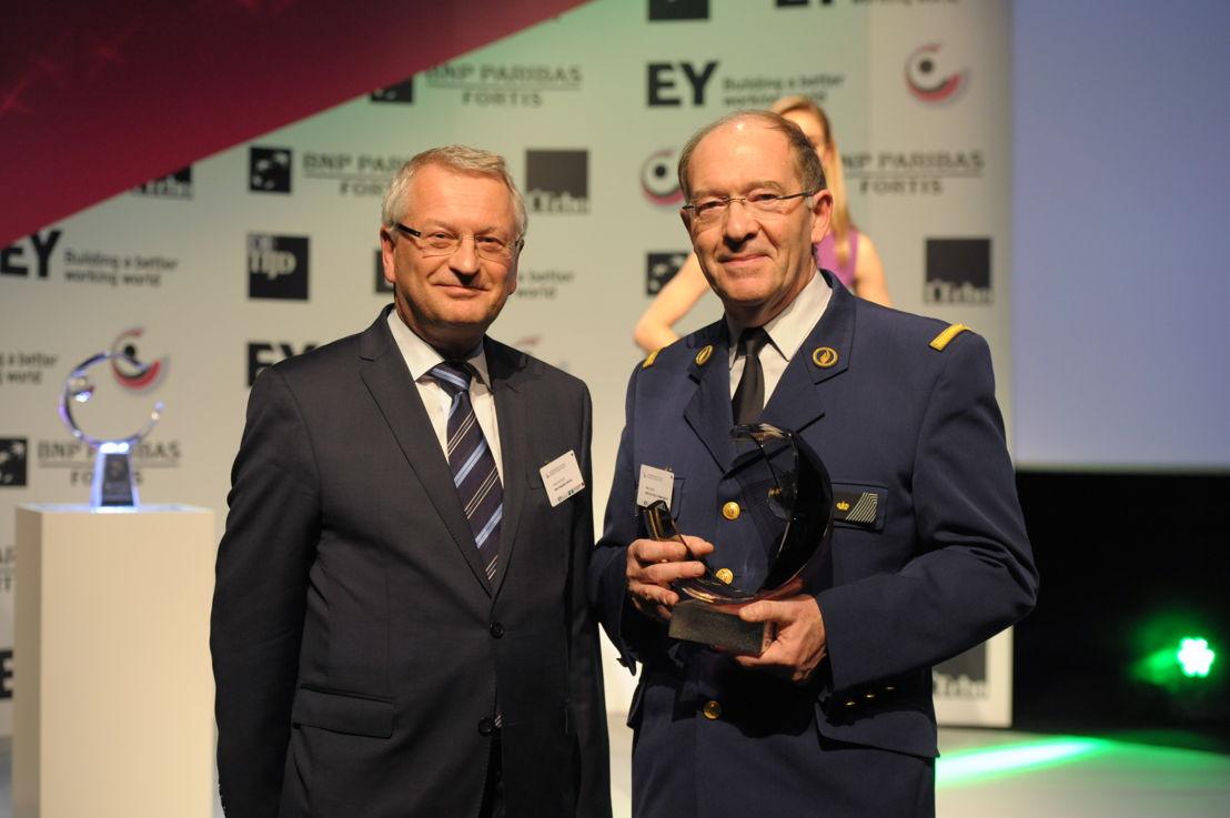 Marc Garin de la zone de police Mons-Quévy reçoit le prix de 'l'Organisation publique Locale de l'Année 2015 - Wallonie' d'Yvan De Cock, Head of Corporate & Public Bank Belgium chez BNP Paribas Fortis