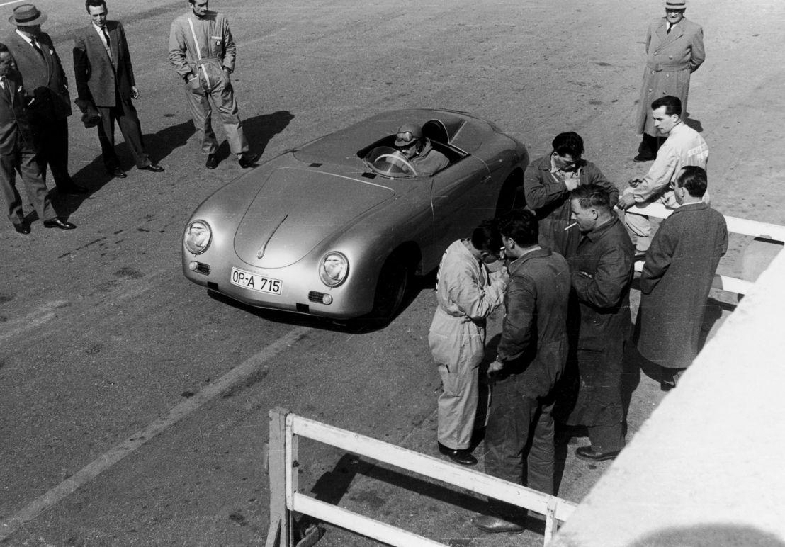 1957. El Porsche 356 A Carrera Speedster establece tres récords mundiales en Monza (Italia): 1.000 millas, 2.000 kilómetros y 12 horas