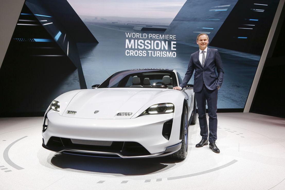 Salón del Automóvil de Ginebra 2018: Oliver Blume, Presidente del Consejo Directivo de Porsche AG, presentando el estudio conceptual Mission E Cross Turismo