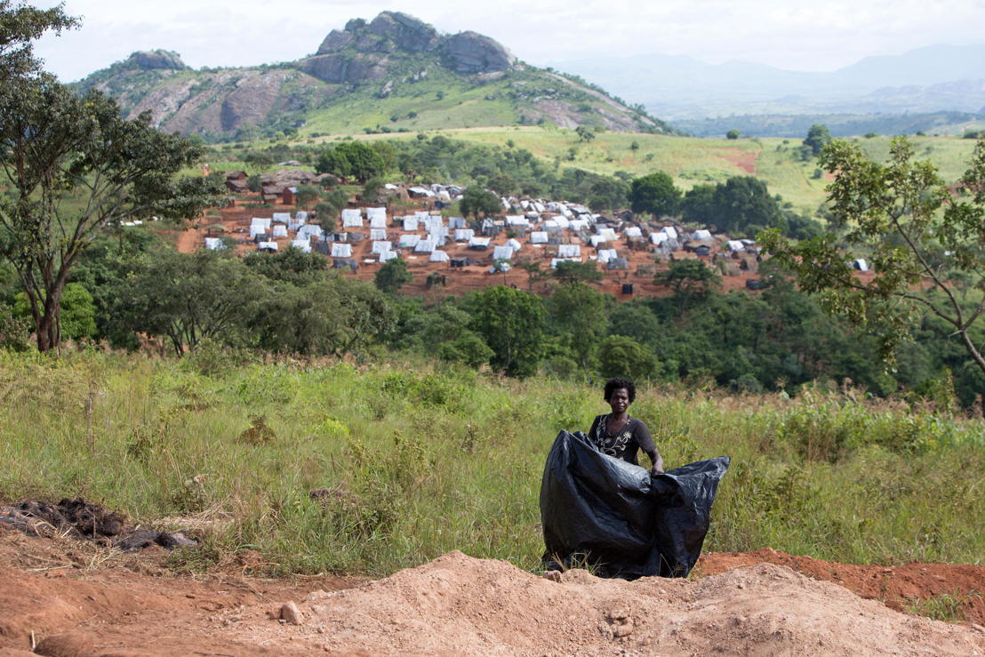 Over 5.800 Mozambican nationals have camped in the village of Kapise 2 in Malawi after fleeing their homes in Mozambique. The satellite camp of Kapise 2, less overcrowded than the main one, is in the background. The rocky outcrop seen in the background is already beyond the border between Mozambique and Malawi. © James Oatway / MSF