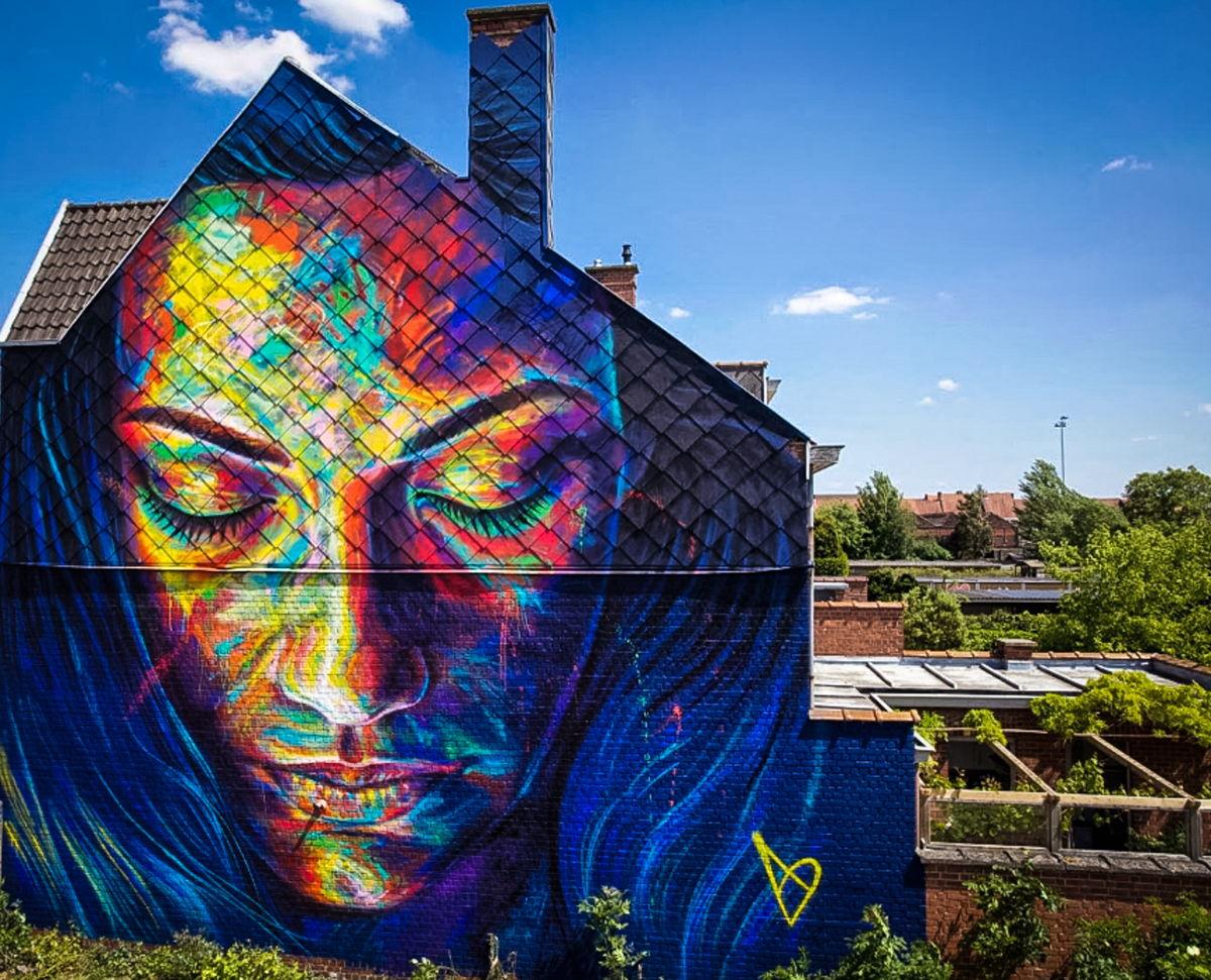 Straatkunstwerk van David Walker op de Onze-Lieve-Vrouwemarkt in Roeselare