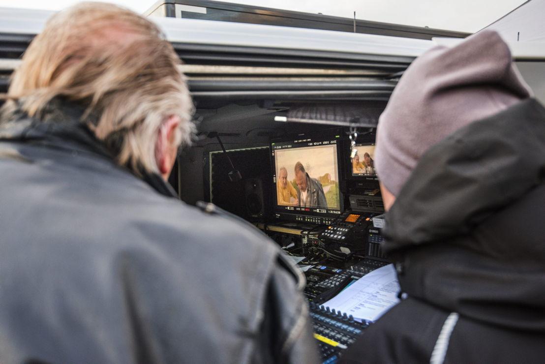 Pol Goossen en collega bekijken de opname (c) Alex Vanhee/VRT