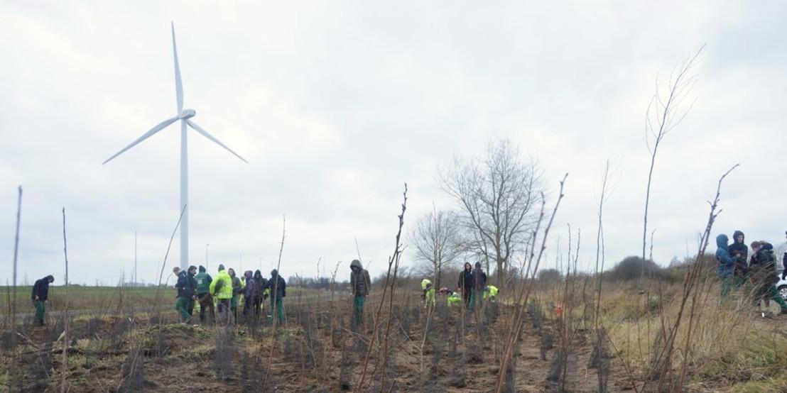 Jonge klimaatbetogers planten bos in Rieme