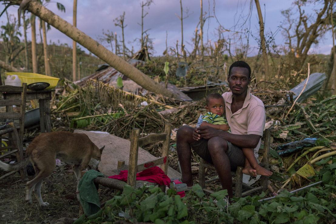 Een man zit met zijn zoon in een verwoest gebied in Port Salut, zuidwest Haiti, na de doortocht van orkaan Matthew op 4 oktober © Andrew McConnell/Panos Pictures
