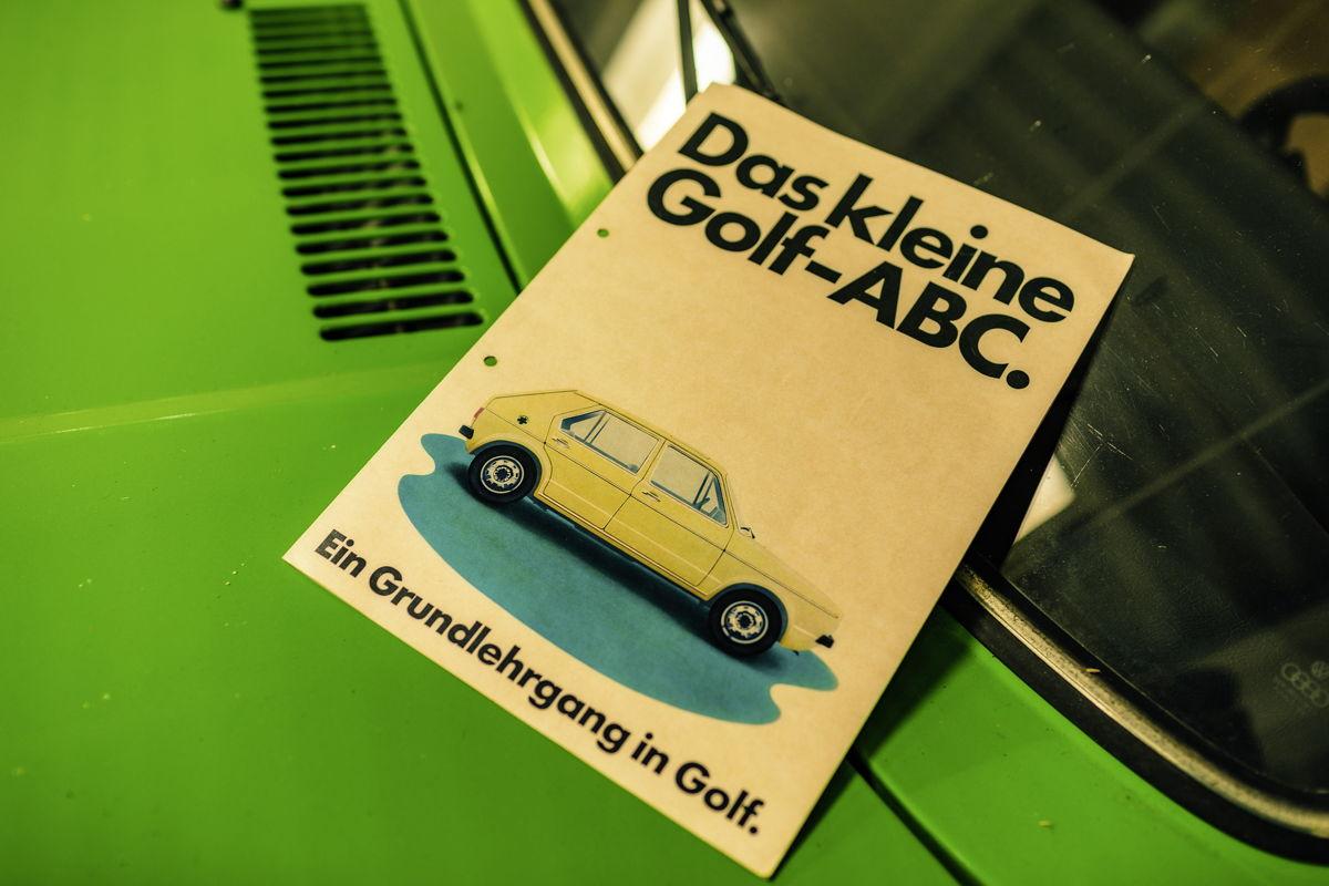 La colección se complementa con incontables artículos de memorabilia automovilística