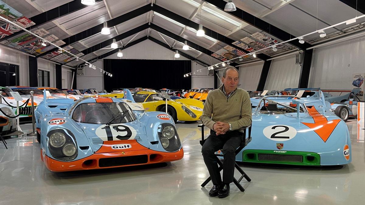 Con el Porsche 917 de la ROFGO Gulf Heritage Collection al fondo, Jackie Oliver recuerda con nostalgia a Pedro Rodríguez, con quien ganó el Mundial de Marcas de 1971.