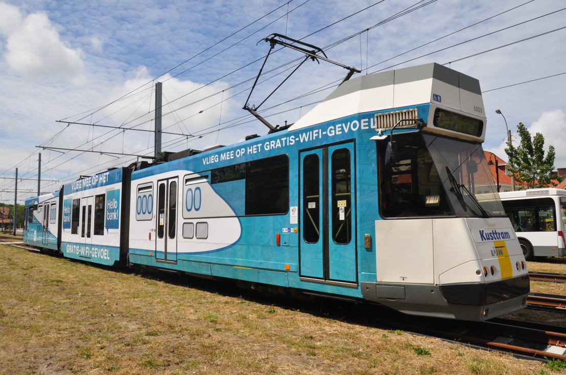 Een van de twee speciale wifi-Kusttrams van De Lijn. De creatievelingen van Urban Crafts gaven deze tram het uitzicht van een vliegtuig.