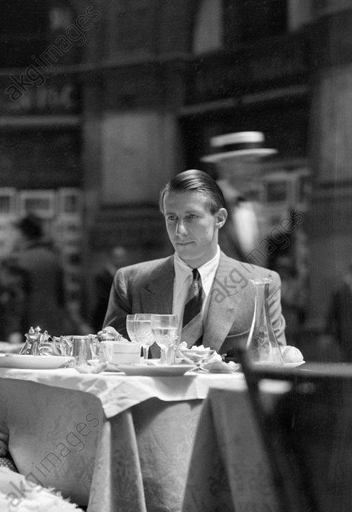 Man (George Mann) sitting in a restaurant in Paris, France.<br/>Photo, 1931<br/>AKG1046031