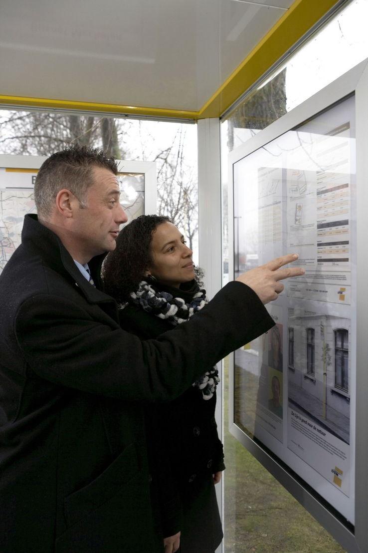 Reisinformatie in een schuilhuisje in Mechelen: dienstregeling en netplan.