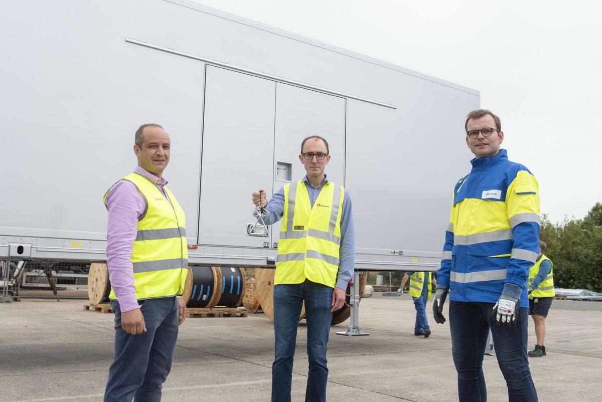 Siemens overhandigde de sleutels begin juli aan  Pieter Vermeyen (midden) en Ward Boeraeve (rechts) van Fluvius