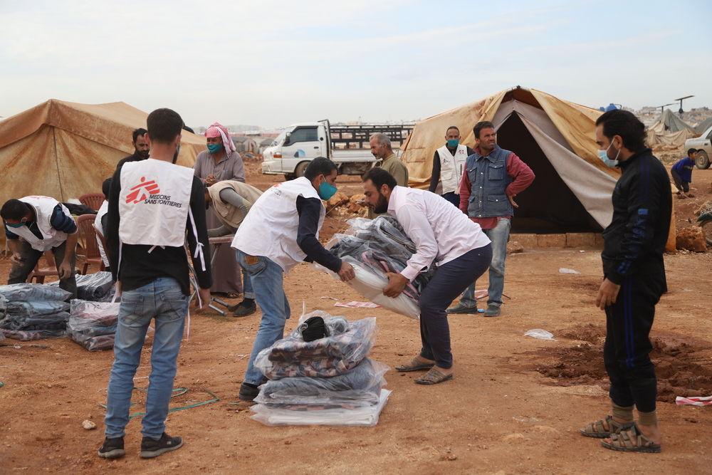 El pasado mes de noviembre, MSF distribuyó kits para afrontar el invierno a más de 14.500 familias de 70 campos del noroeste de Siria. Foto: Abdul Majeed Al Qareh/MSF