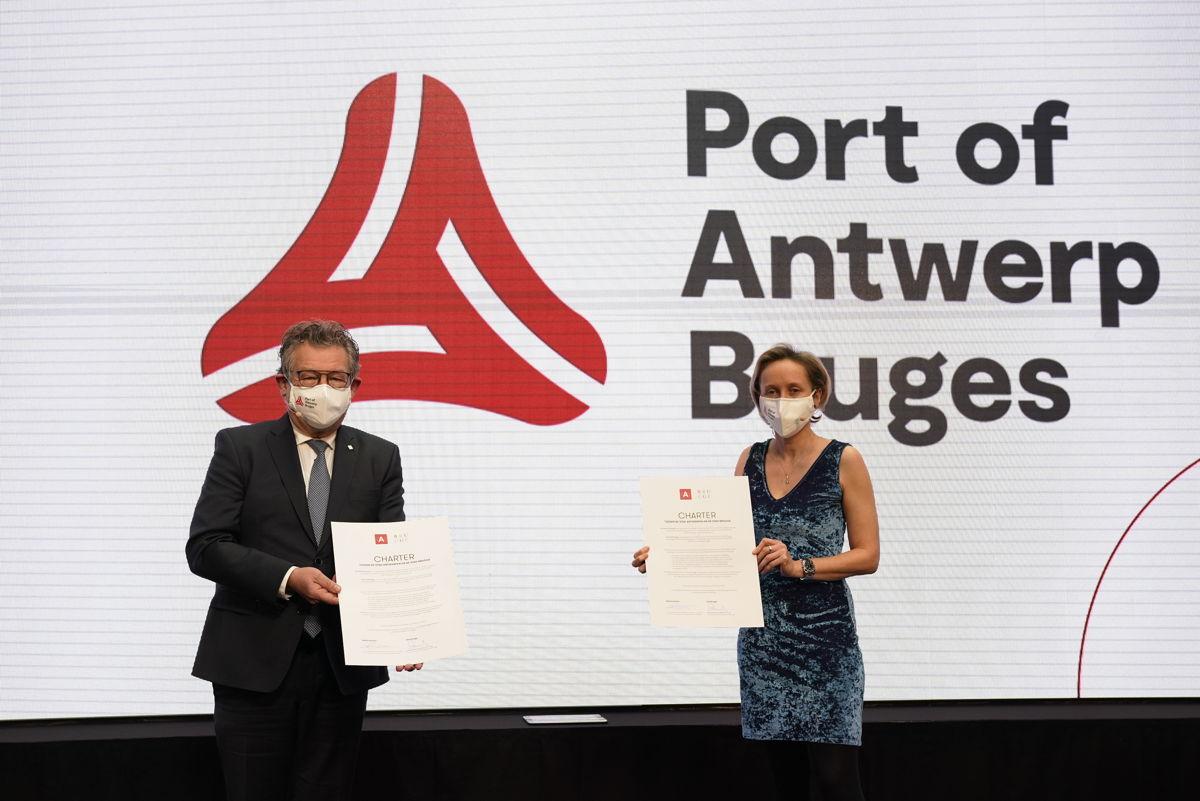 Mayor Dirk De fauw and alderman Annick De Ridder after signing the charter