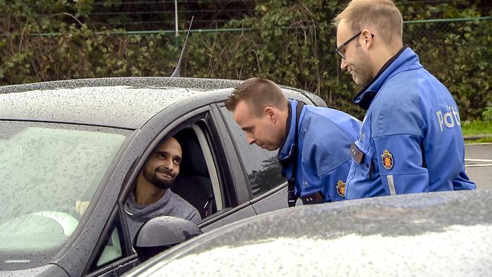 """""""Als de Koning zonder rijbewijs toekomt, stopt het ook"""": agent Yann duidelijk voor bestuurder zonder rijbewijs"""
