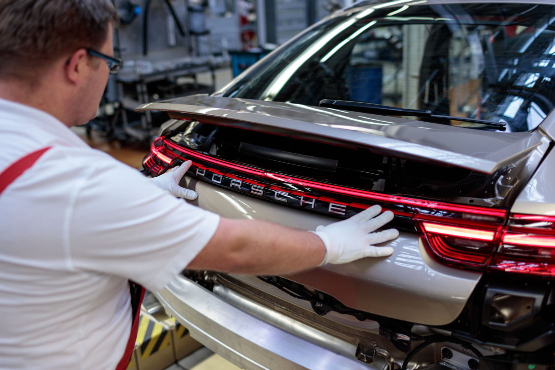 Assembly Line: application of the Porsche badge