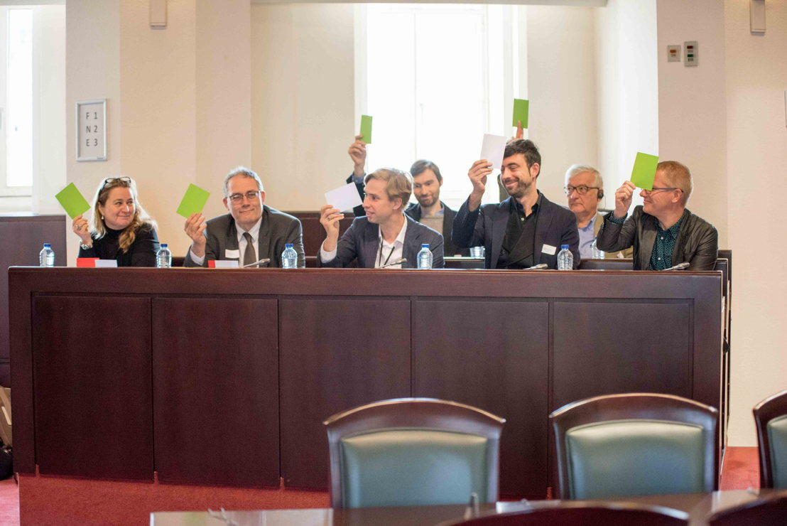 n.l.n.r. Annemie Maes (Groen), Raf Suys (CD&V), Bert Wollants (N-VA), Willem-Frederik Schiltz (Open VLD), Georges Gilkinet (Ecolo) en achteraan: Gaëtan Dubois (PVDA), Michel De Lamotte (CDH)