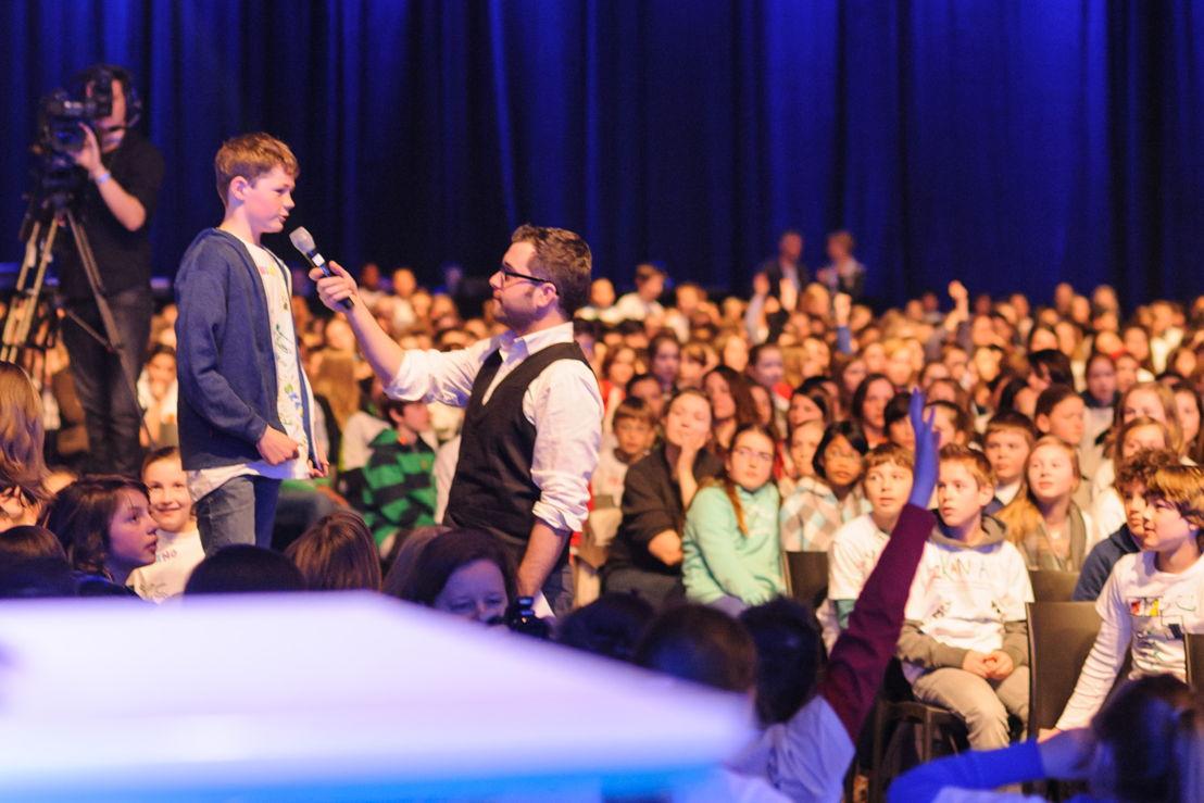 Leerlingen van het zesde leerjaar stellen vragen aan de sprekers