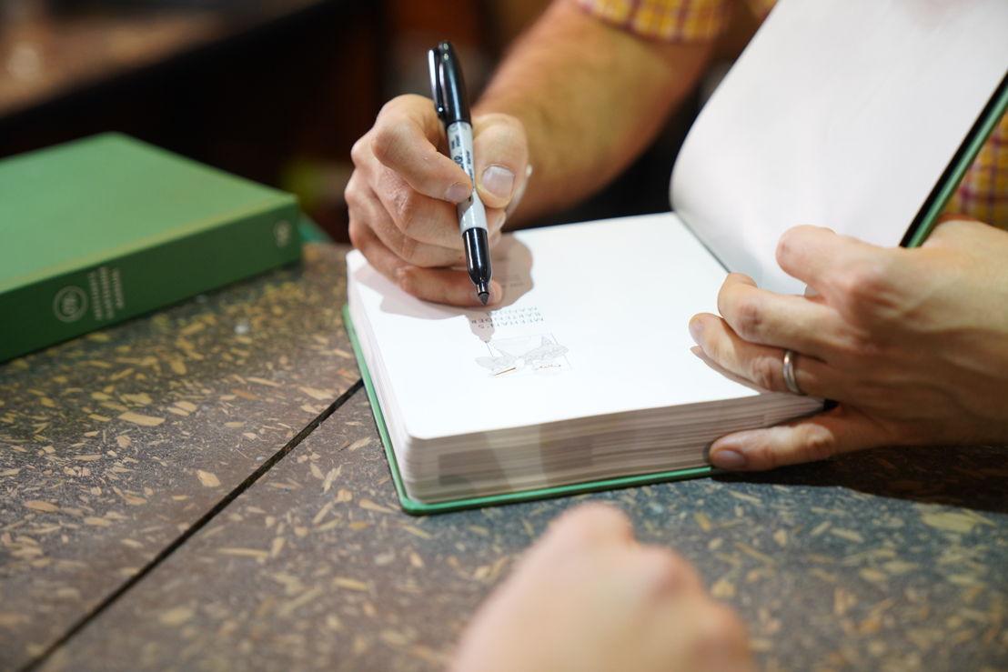 "Jim Meehan firmando su libro ""Meehan´s Bartender Manual"""