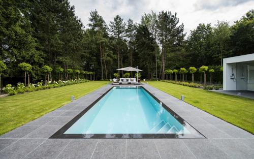 Essayer son futur bassin dans les piscines chauffées du nouveau showroom de LPW Ceramic Pools