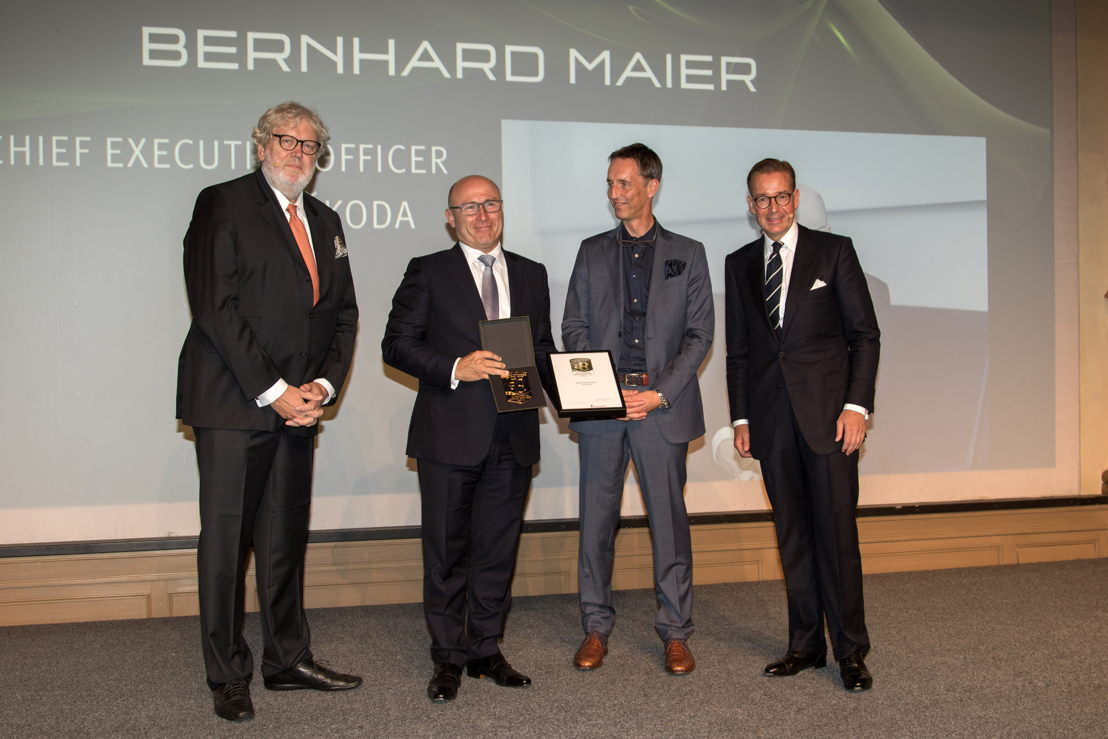 Head of German Design Council, Dr. Michael Peters (on the right) and Head of Design Brands and Operations at Mercedes-Benz, Kai Sieber (in the middle), handed over the award to ŠKODA Chairman of the board of Management Bernhard Maier. The panel recognises his outstanding achievements for brand and design.