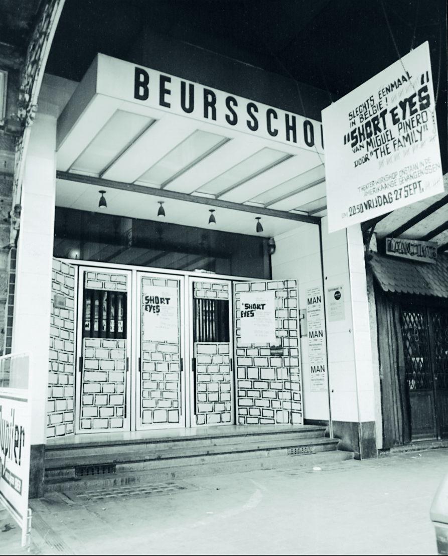 The Family, een New Yorkse theatergroep bestaande uit ex-gevangenen, is<br/>te gast met Short Eyes. De entree wordt aangekleed. 1974. Foto archief Beursschouwburg