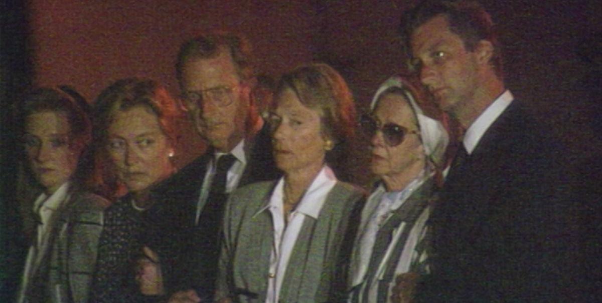 De koninklijke familie bij de aankomst van het stoffelijk overschot van koning Boudewijn in Zaventem