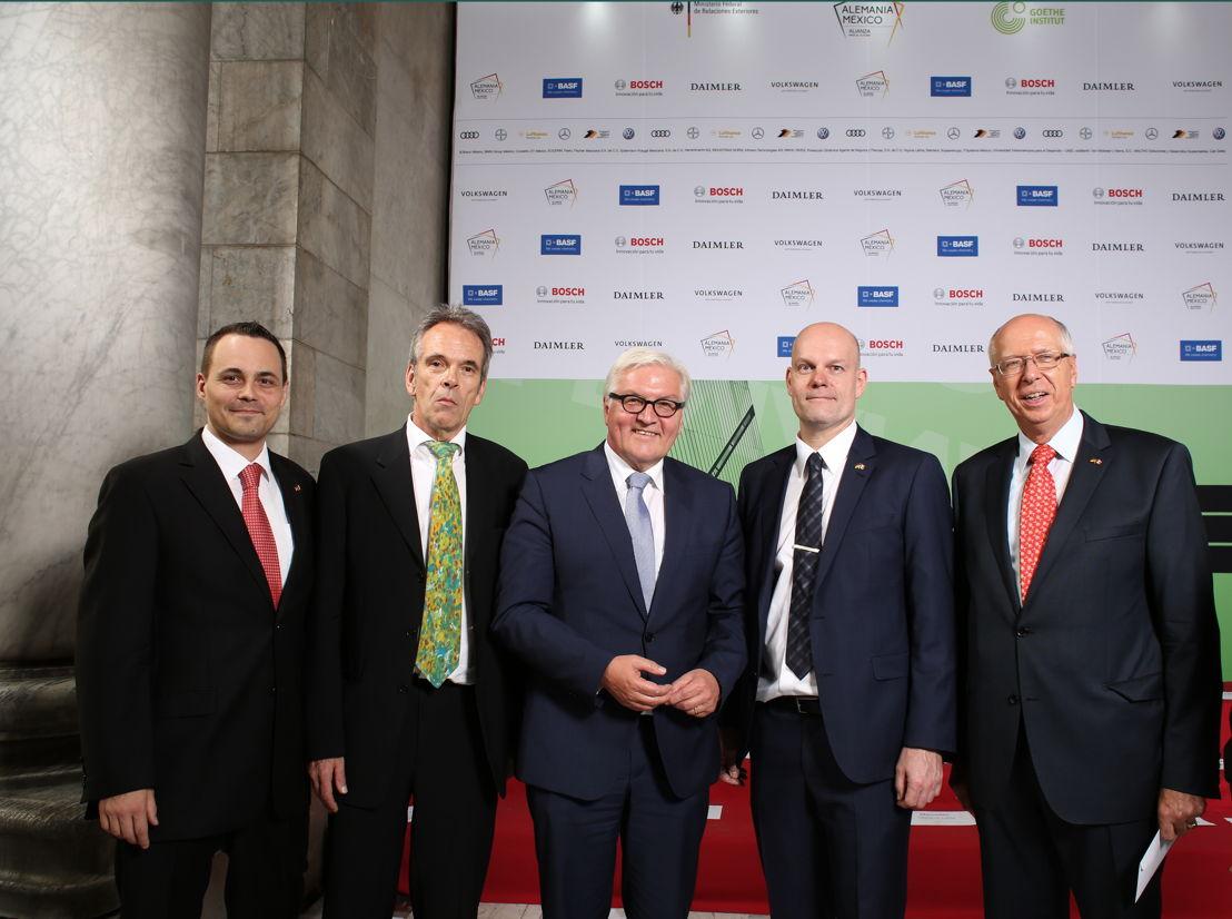 Frank-Walter Steinmeier, ministro de Relaciones Exteriores de Alemania, posa junto a Reinhard Mainworm, director del Instituto Goethe en México y del Año Dual, y otras figuras importantes, durante la inauguración del Año Dual Alemania - México 2016-2017, realizado en el Palacio de Bellas Artes.