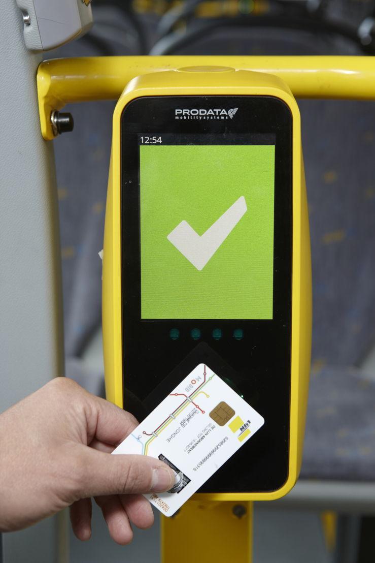 Als de MOBIB-kaart goed is gelezen, verschijnt een wit V-teken op een groene achtergrond. Foto: Stefaan Van Hul.