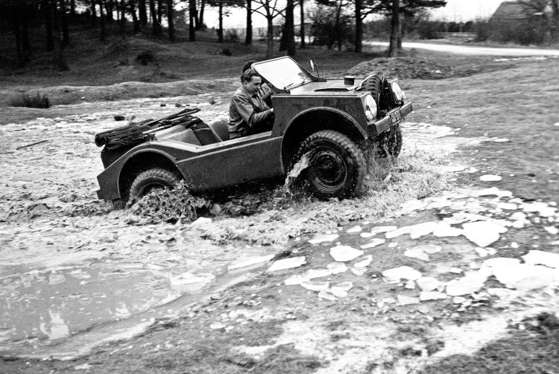 1953. En diciembre, comienza el desarrollo del 'Jagdwagen' 597, un vehículo anfibio de tracción total para las Fuerzas Armadas Federales Alemanas