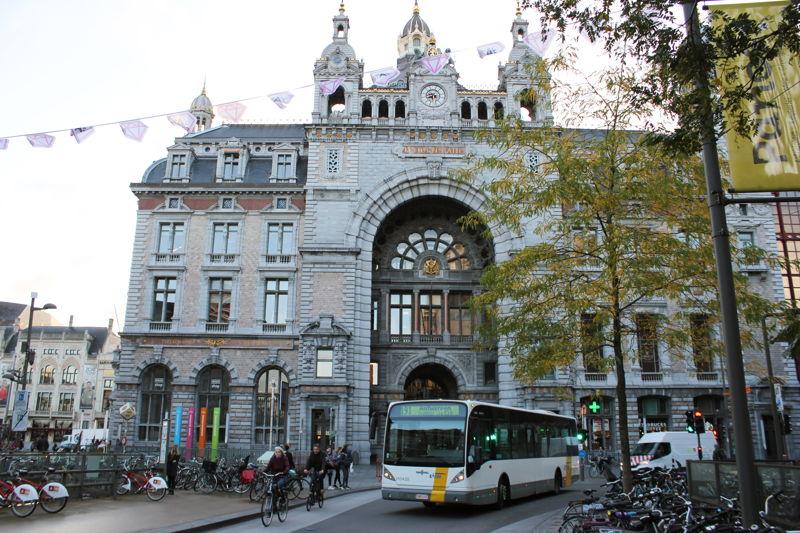 Trein, tram en bus combineerbaar met de City Pass. Hier: Antwerpen Centraal Station.