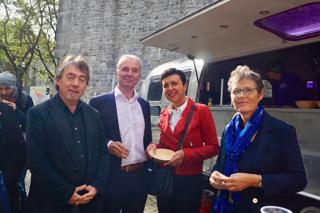 Michel Vandenbosch (GAIA), Jean-Pierre Denis (PS) et Virginie Gonzalez (PS) devant le foodtruck de GAIA © GAIA