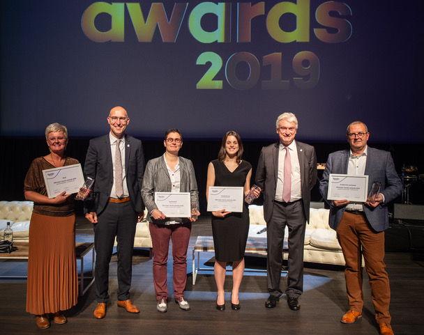 Vlnr: Wendy Janssen (Sthep), Philip Van Eeckhoute (Liantis-CEO), Inge Desmedt (studente), Jozef Vandenberghe (Liantis-voorzitter) en Koen Jonckheere (studiebureau Jonckheere).