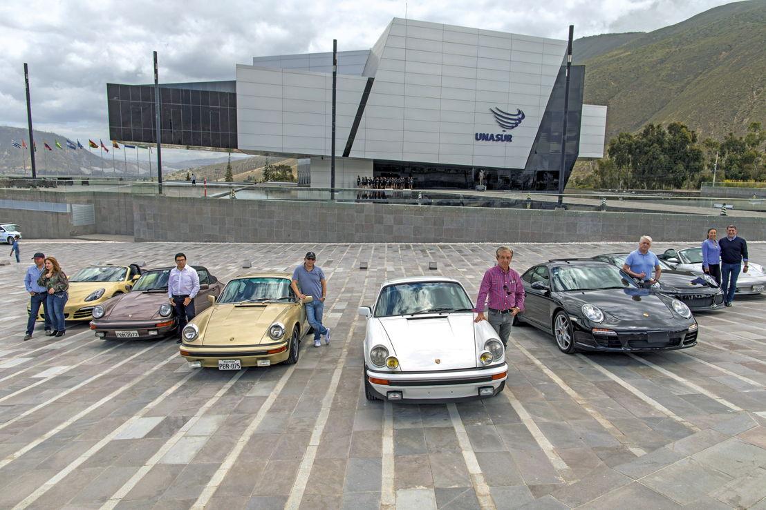 Amigos de Porsche en el monumento a la mitad del mundo, Ecuador