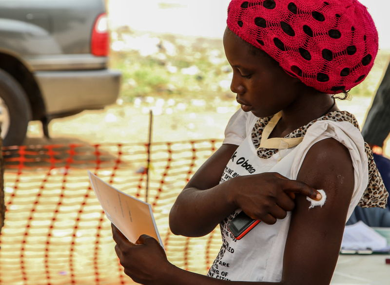 A woman receives her MSF vaccination certificate after having been vaccinated against meningitis in Damaturu, in the Nigerian state of Yobe. Photographer: Igor Barbero/MSF