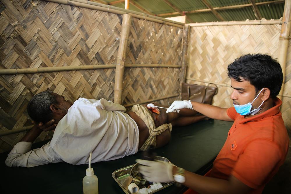 Cet homme se fait soigner pour une blessure par balle qu'il a reçue pendant son trajet du Myanmar vers le Bangladesh. © Mohammad Ghannam